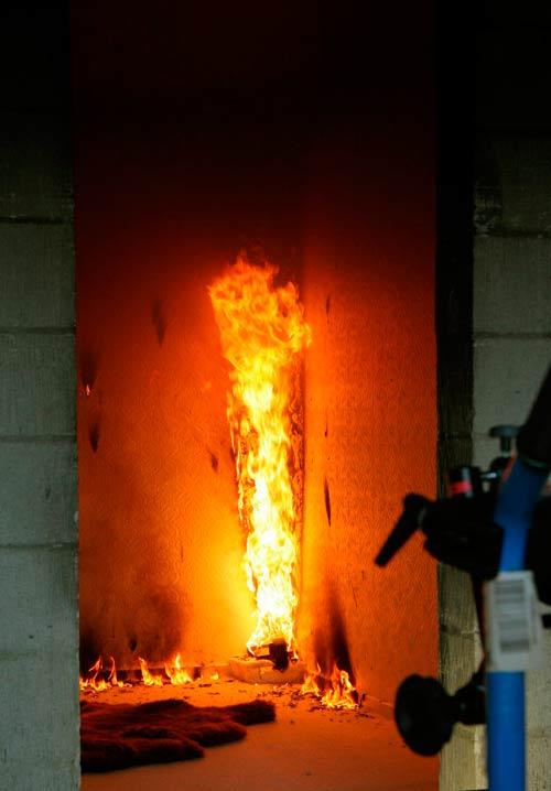 Seguridad contra incendios CFPA Europe Caso de éxito: Ensayo de fuego en fachada con aislamiento térmico de Poliuretano por el exterior (SATE)