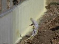 Poliuretano proyectado en muro enterrado