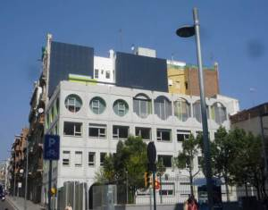 fachada medianera-con-placa-solar fotovoltaica