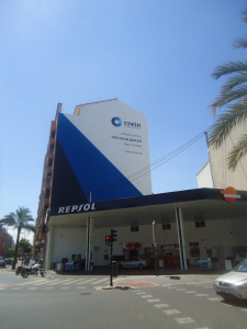 fachada medianera tipica comercial